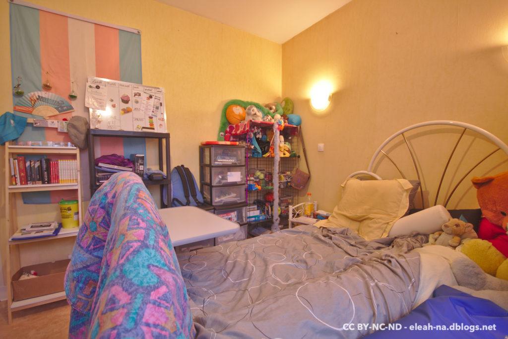 Photo représentant ma chambre, mon lit, et mes rangements